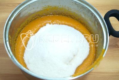 Пюре выложить в кастрюлю и добавить сахар, хорошо перемешать.