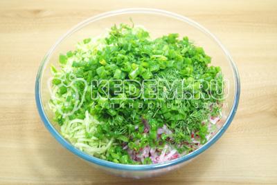 Добавить измельченную зелень к овощам.
