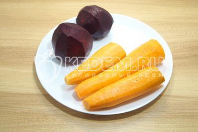 Свеклу и морковь очистить.