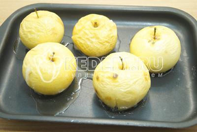 Немного остудить готовые яблочки.