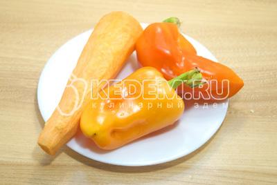 Перцы и морковь очистить.