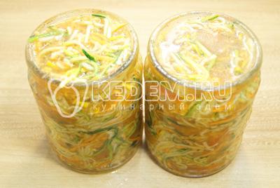 Готовую салатную смесь разложить по чистым банкам и залить маринадом от салата.
