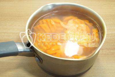 Готовить морковь 4-5 минут.