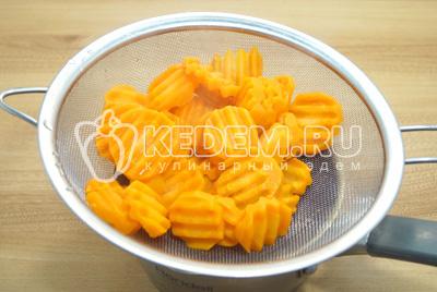 Остудить морковь в холодной воде и откинуть на сито.