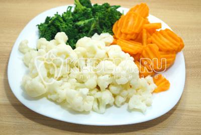 Остудить цветную капусту в холодной воде и откинуть на сито. Перемешать овощи.