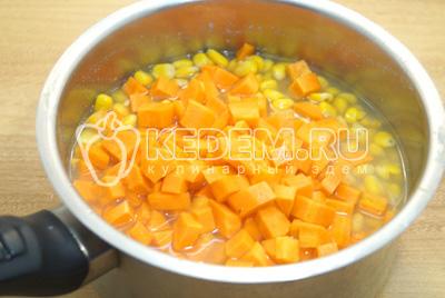 Добавить в кукурузу морковь варить еще 3-5 минут.