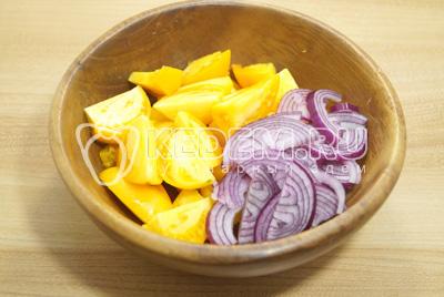 В миску нарезать помидоры ломтиками, лук полукольцами.