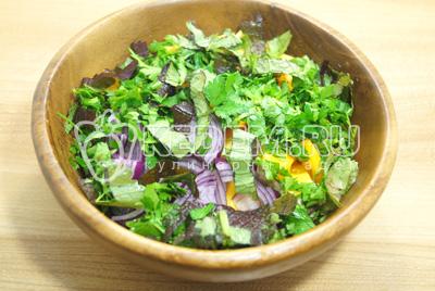 Добавить нашинкованную зелень в салатницу.