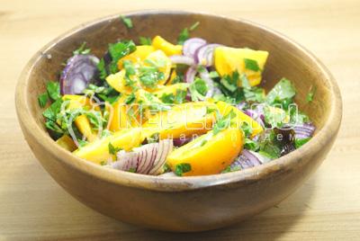 Добавить соль, перец и растительное масло.