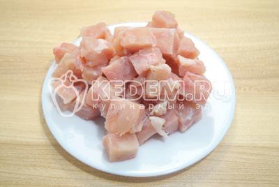 Куриное филе нарезать небольшими кусочками.