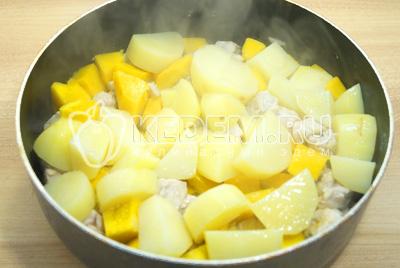 Добавить картофель и залить пол стакана воды. Посолить и готовить под крышкой еще 15 минут, на среднем огне.