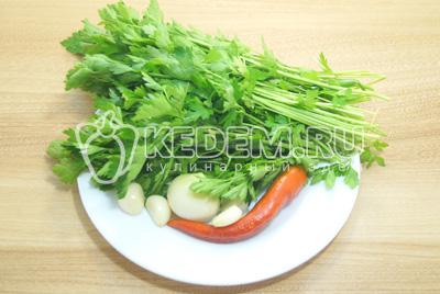 Зелень петрушки промыть и обсушить. Чеснок очистить, перец очистить от семян по вкусу.