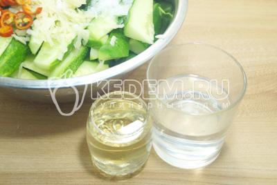 Добавить уксус и растительное масло.