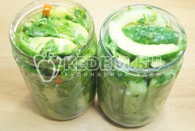 Разложить готовый салат по чистым банкам.
