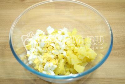 В миску нарезать кубиками картофель и яйца.