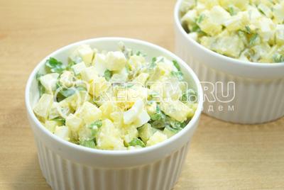 Перемешать и выложить в салатники.