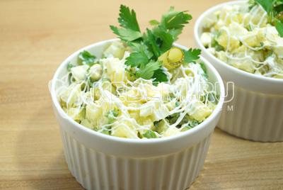 Готовый салат украсить веточкой петрушки.