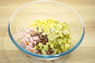 Добавить кукурузу и кубиками нарезанные огурцы.