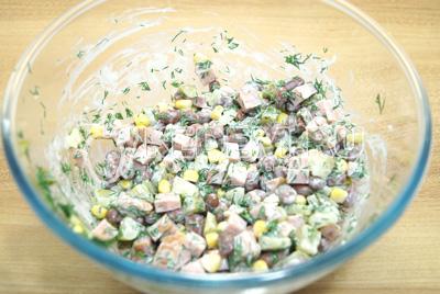 Заправить салат майонезом.