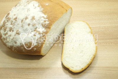 Ломтики хлеба нарезать кубиками.