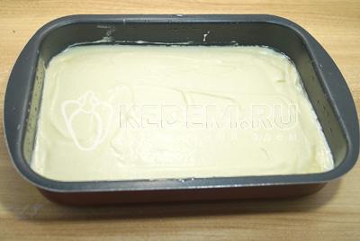 Выложить тесто в форму смазанную растительным маслом.