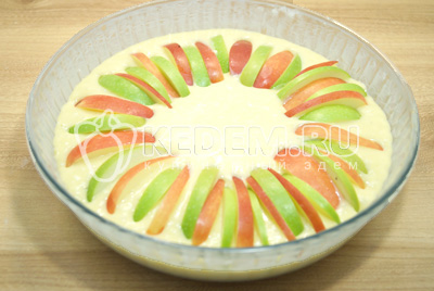 Выложить ломтики яблок.
