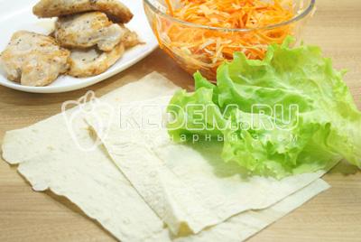 Лаваш нарезать на прямоугольники. Листья салата промыть и обсушить.