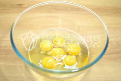 В миску разбить яйца.