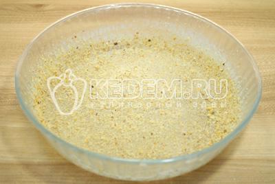 Форму смазать сливочным маслом посыпать панировочными сухарями.