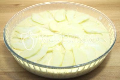Добавить оставшееся тесто и второй слой яблок.