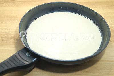 Сковороду смазать растительным маслом и вылить тесто.