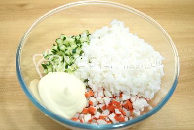 Добавить рис и майонез. Посолить по вкусу.