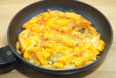 Добавить в обжаренные овощи бульон. Соль и перец по вкусу.