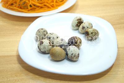 Перепелиные яйцо отварить, остудить и очистить.