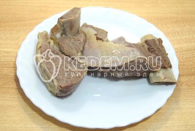 Мясо отварить до готовности и отсудить в бульоне.