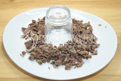 Нарезать мясо мелким кубиками и выложить на плоское блюдо, вокруг стакана.