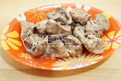 Куриную печень отварить до готовности и осудить в бульоне.