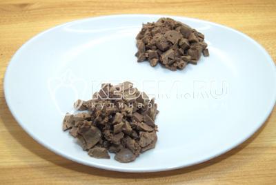 Нарезать кубиками печень и выложить на большое блюдо двумя секторами.