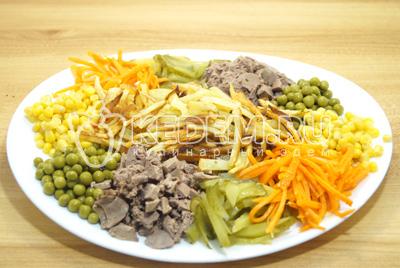 В середину салат добавить картофель.