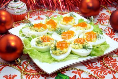 Салат с красной икрой и крабовыми палочками