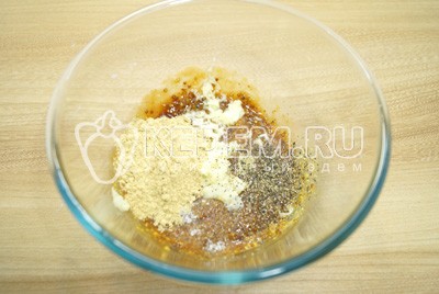 Добавить молотый имбирь, прессованный чеснок и молотый перец.
