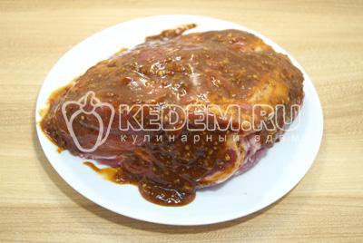 Обмазать мясо половиной порции соуса.