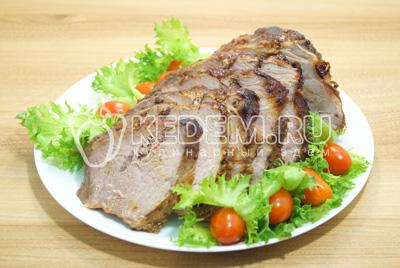 Выложить на блюдо и украсить зеленью и овощами.