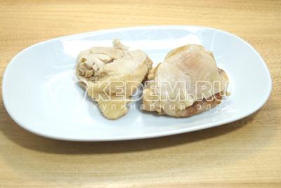 Куриные бедра отварить до готовности и остудить. Отделить мясо от костей.
