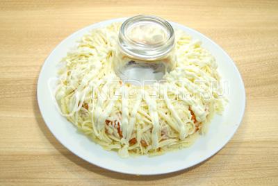 Слой тертого сыра. Хорошо промазать майонезом.