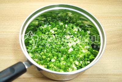 Выложить слой мелко нашинкованной зелени петрушки и зеленого лука.