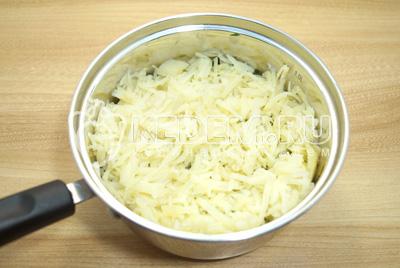Добавить слой тертого отварного картофеля. Смазать майонезом.
