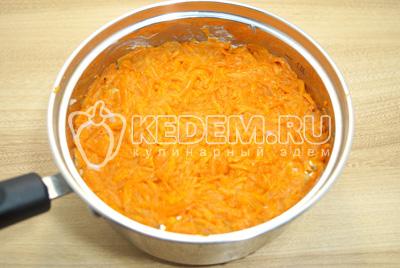 Добавить слой тертой отварной моркови. Смазать майонезом.