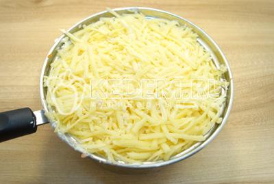 Последним слоем выложить тертый сыр. Убрать салат в холодильник на пару часов.