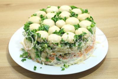 Перевернуть форму с салатом на блюдо и аккуратно снять. Не снимайте быстро, возможно стоит немного подождать и салат сам выскользнет из формы.